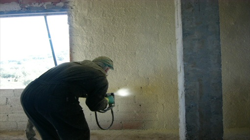 Air tightness in passive houses: closed-cell sprayed polyurethane foam